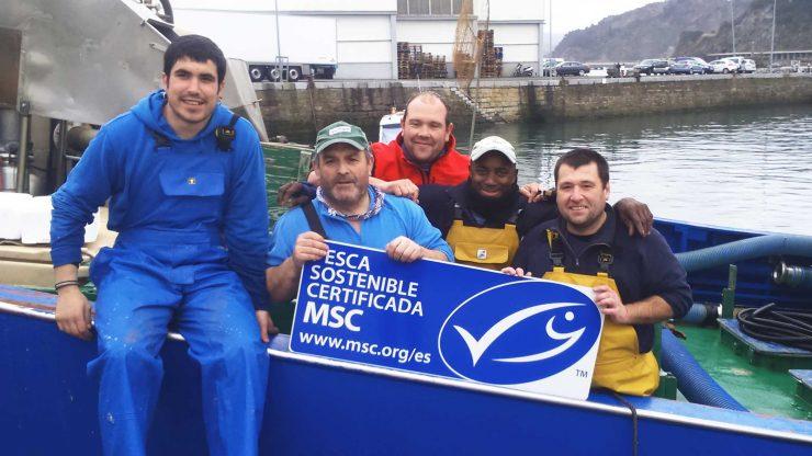 Pescadores muestran la etiqueta MSC.