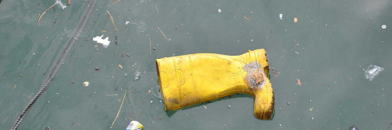 Basuras flotan en el mar en un puerto del Cantábrico.