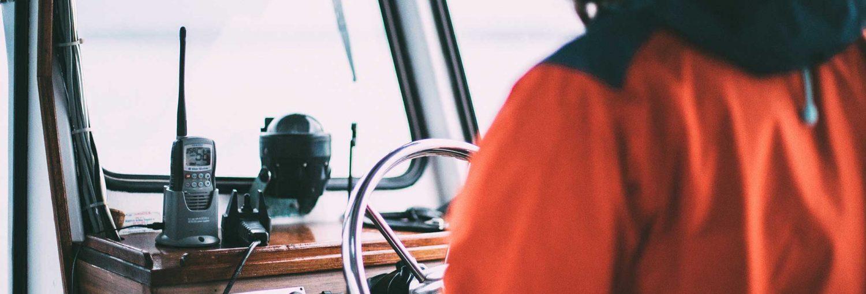 Electrónica para la navegación en un barco deportivo.