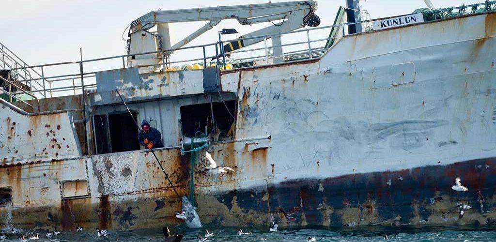 """El """"kunlun"""" pesca merluza en aguas de la Antártida."""