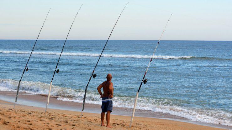 Pescador en una playa.