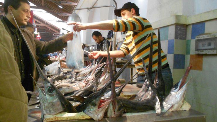 Venta de pez espada en una pescadería de Túnez.