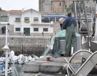 Cambio de arte en el muelle pesquero de Castro Urdiales.