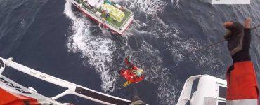 """Los Guardacostas de Galicia durante una evacuación en el pesquero """"Nuevo Richard""""."""