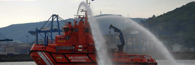 """El remolcador de altura """"María de Maeztu"""" durante su demostración en Bilbao. / Conlamarea"""