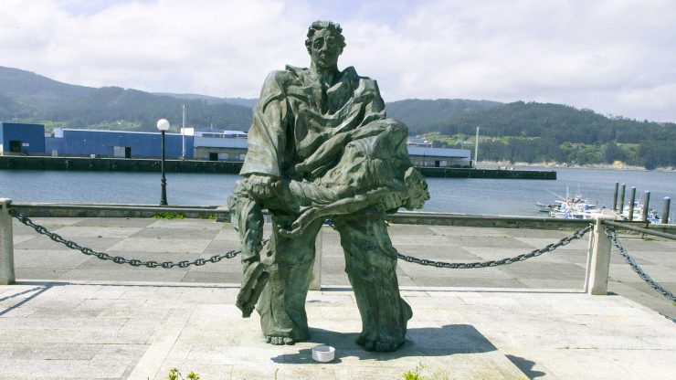 Plaza y monumento al náufrago en Celeiro.