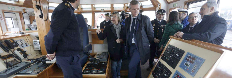 """El vicepresidente de la Xunta, Alfonso Rueda, y la conselleira del Mar, Rosa Quintana, en el buque """"Sebastián de Ocampo"""", del Servicio de Guardacostas de Galicia."""