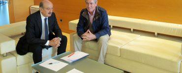 El consejero de Obras Públicas de Cantabria y el alcalde de Suances.