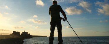 Un pescador deportivo intenta conseguir algunos calamares en uno de los muelles de Castro Urdiales (Cantabria).