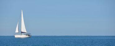 Un barco de recreo navega en verano por las costas europeas.